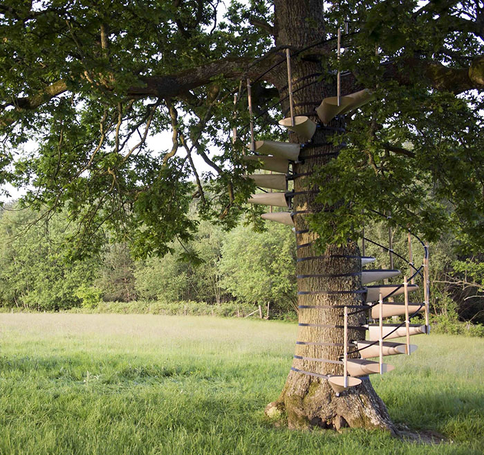 You Can Strap This Spiral Staircase Onto Any Tree Without Tools