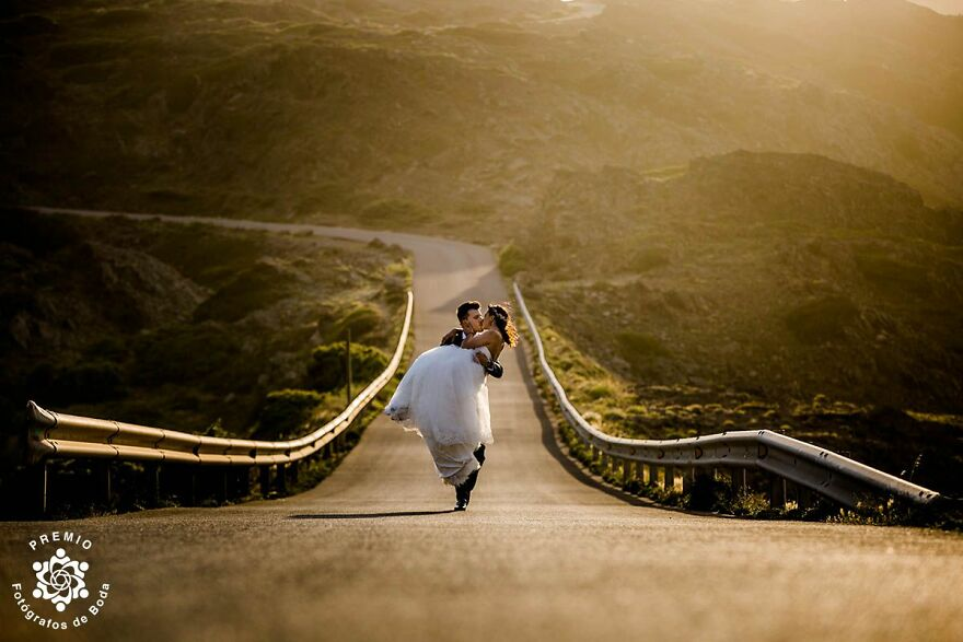 Romantic Kiss On The Road Caught By Andreu Doz