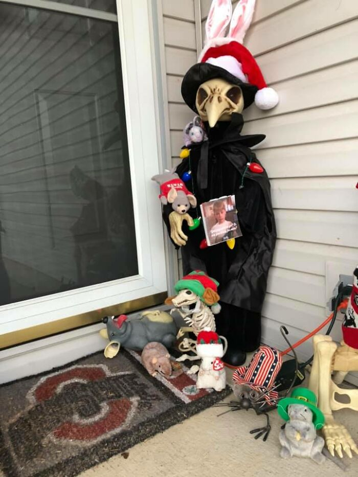 """""""Karen"""" Keeps Leaving Notes Complaining About Woman's Decorations, Woman Responds By Adding Even More"""