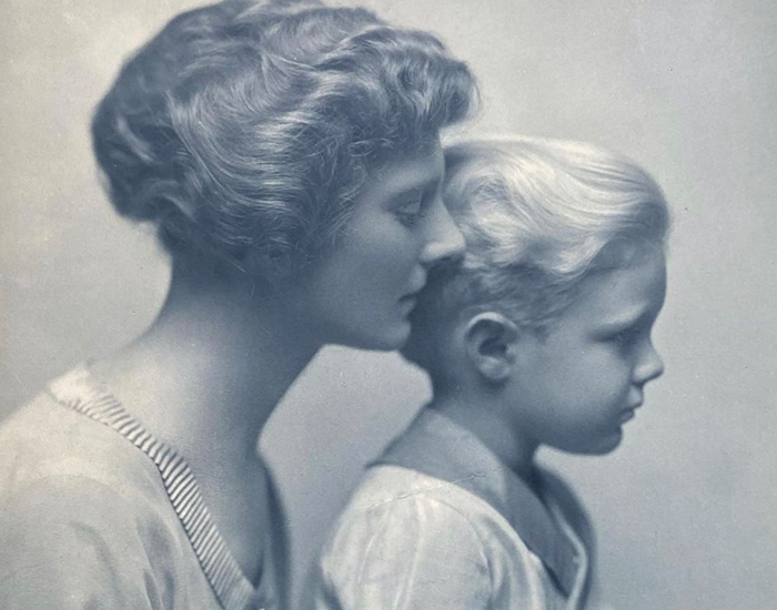 Guy Posts A 100 Y.O. Photograph That Reveals The History Of A Lesbian Relationship In His Family